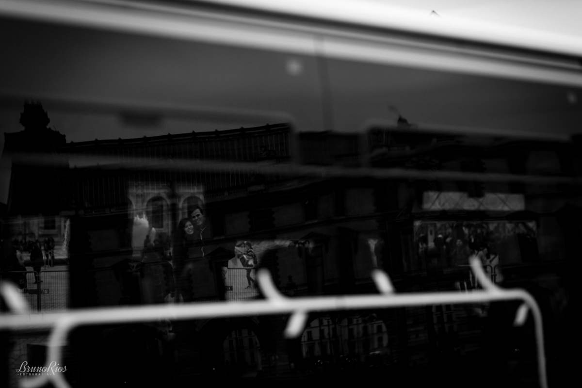 ensaio romântico paris e-session paris ensaio casal brasileiros em paris fotografia parisiense metro