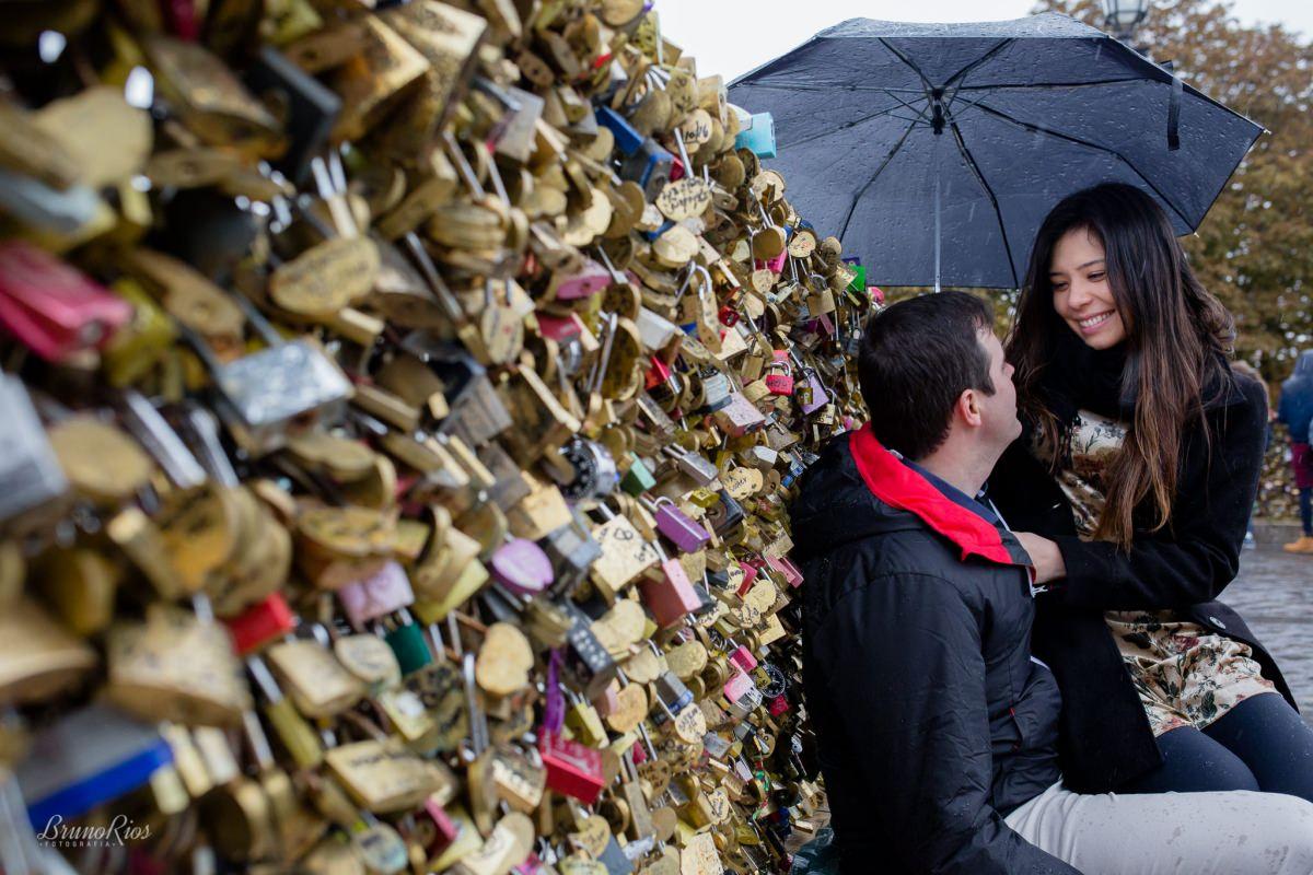 ensaio romântico paris e-session paris ensaio casal brasileiros em paris fotografia parisiense cadeados ponte dos cadeados